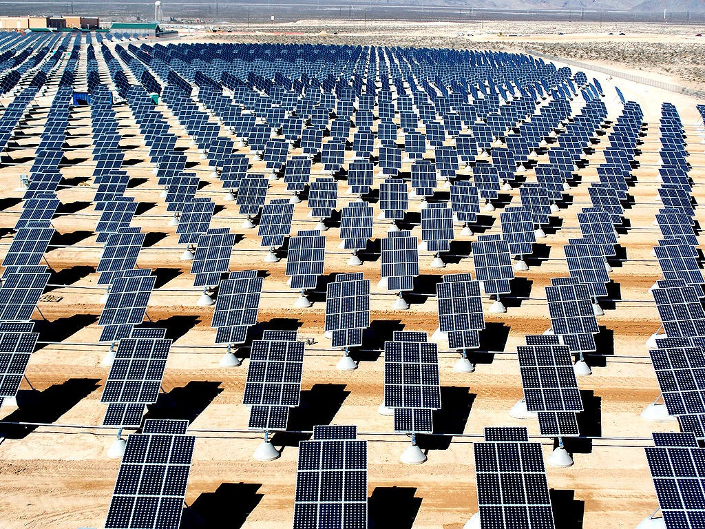 1024px-Giant_photovoltaic_array
